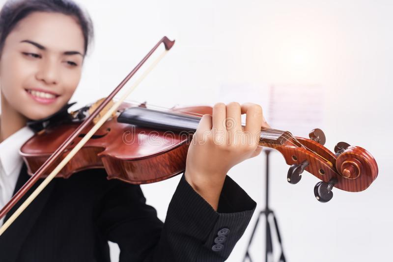No foco seletivo do violino estava jogando pelo estudante foto de stock