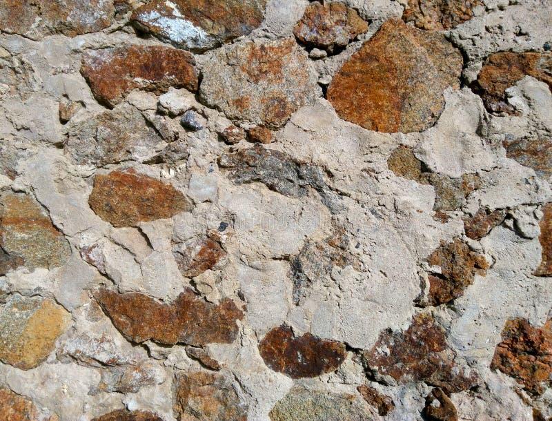 No fundo ? uma parede das pedras imagens de stock