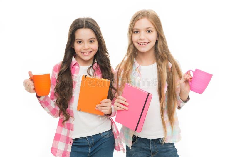 No hay amigo tan leal como el libro Taza del control de la muchacha de t? y de libro Literatura para los ni?os Leyendo la lista d foto de archivo libre de regalías