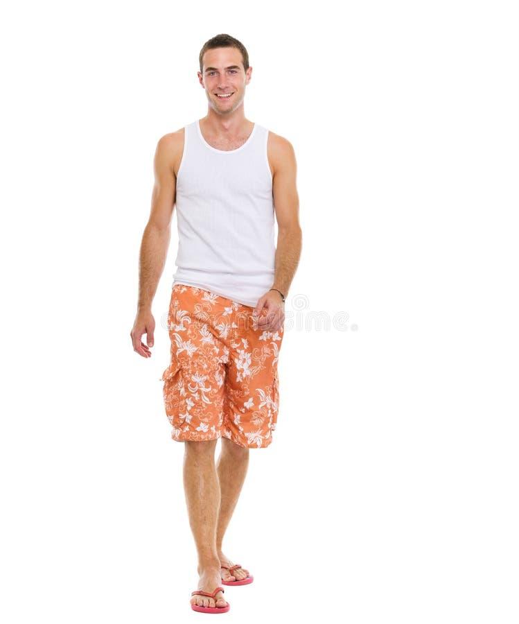 No homem novo de sorriso das férias no passeio dos shorts fotos de stock royalty free