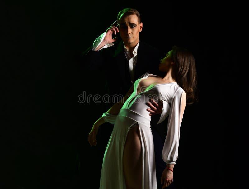 No humor para o amor Os pares de mimicam artistas executam o romance na fase mimicar o ato do homem e da mulher na cena romântica foto de stock royalty free
