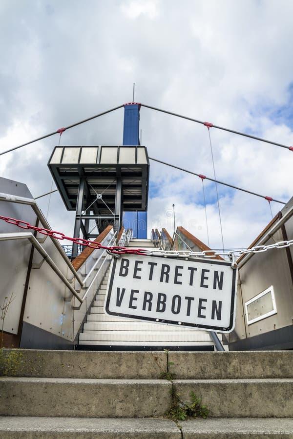 No incorpore la muestra en el puente en Duisburgo, Alemania - traducción: No entre fotos de archivo