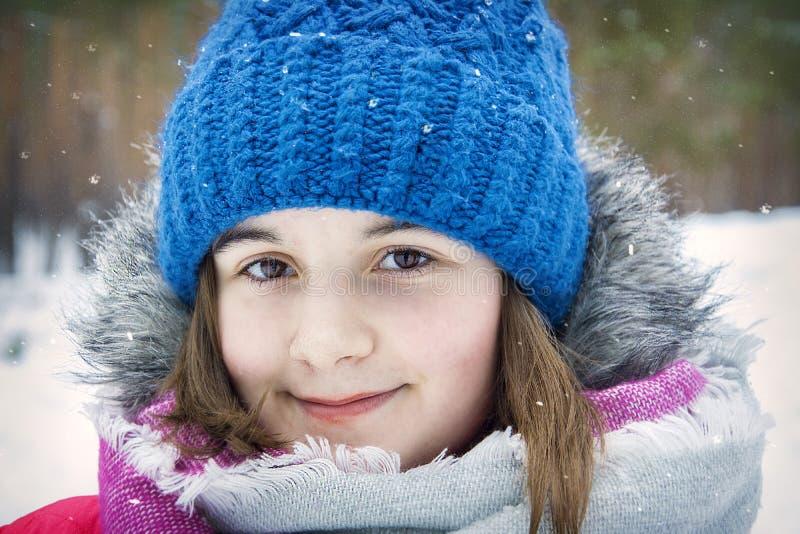 No inverno, uma menina bonita no close-up da floresta imagens de stock