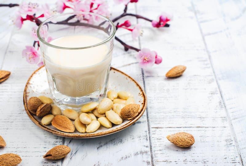 No leche de la almendra del vegano de la lechería en un vidrio alto imagen de archivo