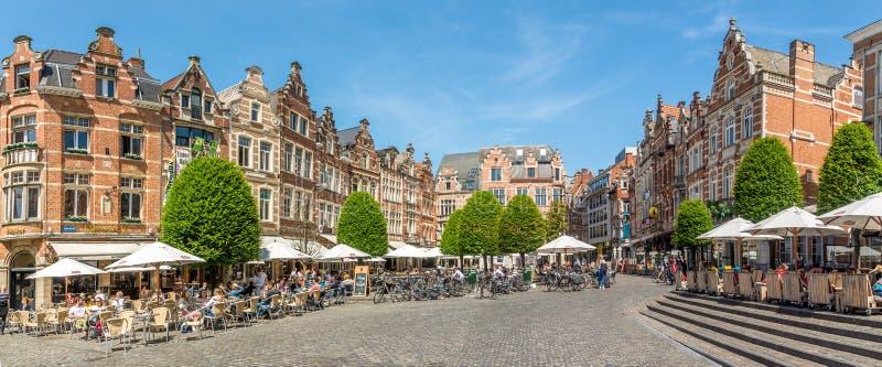 No lugar de Oude Markt de Lovaina - Bélgica foto de stock