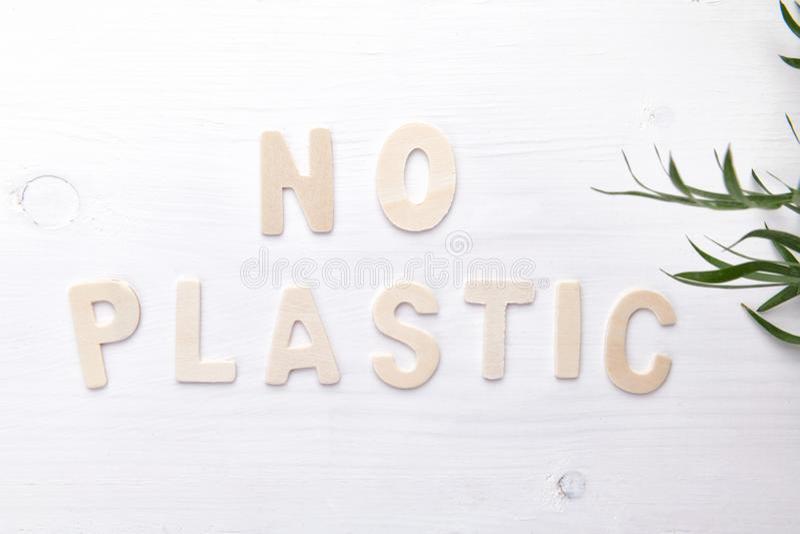 No mande un SMS a ningún plástico en el backgound de madera blanco, concepto ecológico del objeto, visión superior imagen de archivo