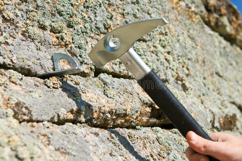 No martelo do gancho na rachadura do martelo da rocha fotos de stock