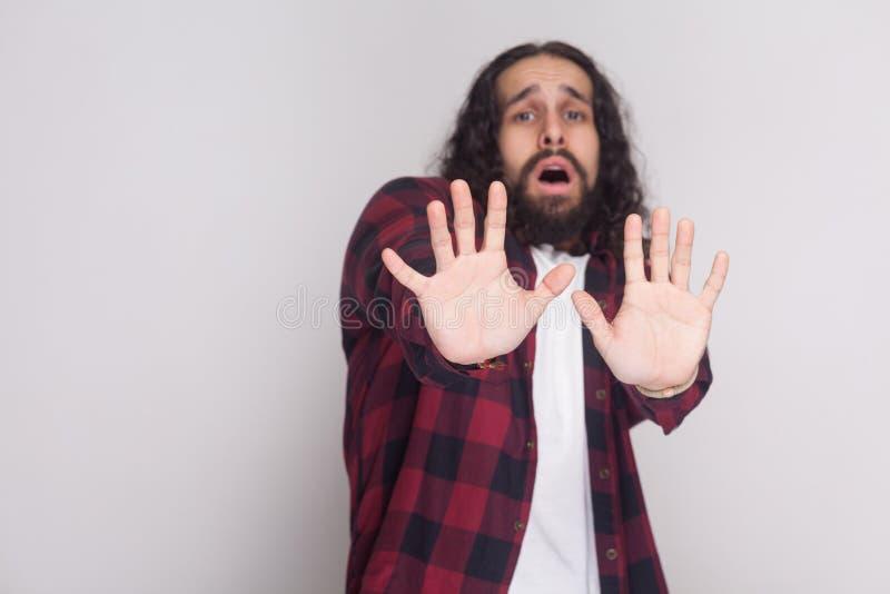 No me toque por favor Hombre asustado con la barba, ha rizada larga negra fotografía de archivo