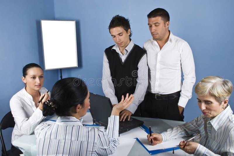 No meio da reunião de negócio fotografia de stock