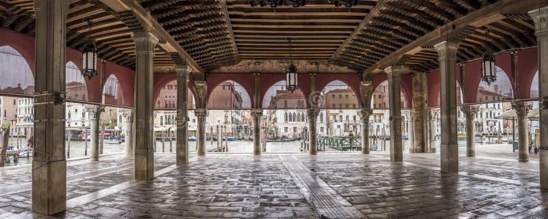 No mercado coberto pela loggia, Veneza, Itália fotografia de stock