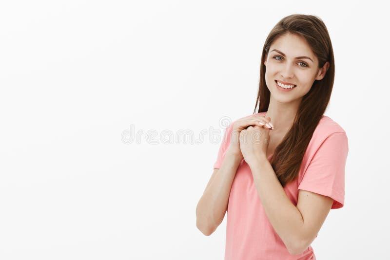No może czekać zaczynać walczyć dla mój sen Portret szczęśliwa beztroska i zrelaksowana atrakcyjna kobieta w różowej koszulce zdjęcie royalty free