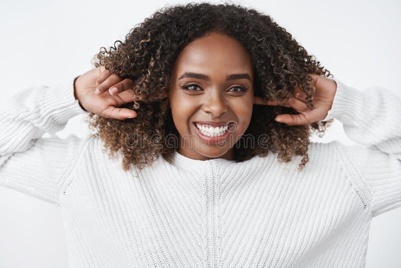 No o?r tan nada cuidado alrededor Retrato de la mujer afroamericana carism?tica feliz y alegre despreocupada que r?e y fotos de archivo