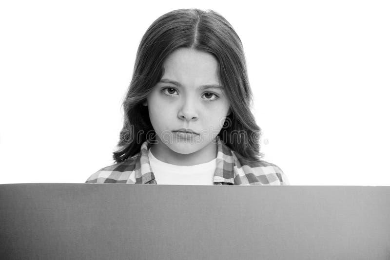 No obraża dzieci Dziewczyna dzieciak za różową puste miejsce powierzchni kopii przestrzenią Reklamy pojęcie Dziecko dziewczyny śl fotografia stock