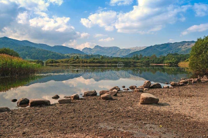 No obstante, lago tranquilo, montaña duplicada Relections fotos de archivo libres de regalías