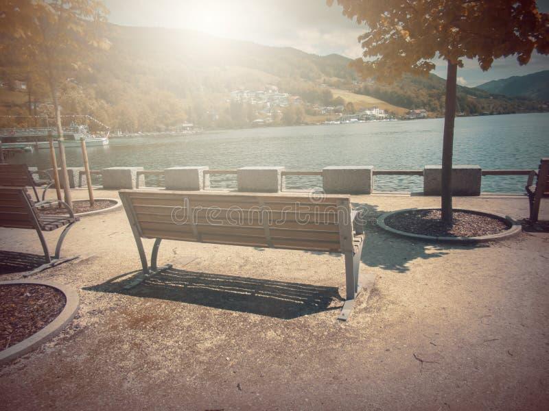 No outono Banco da fábula da fantasia no parque com cena do nascer do sol foto de stock royalty free