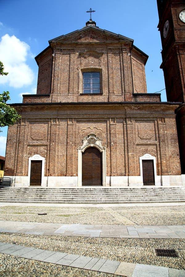 no passeio fechado Italia da torre do tijolo da igreja do samarate foto de stock
