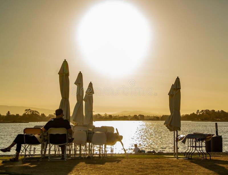 No período do por do sol, na praia tropical com céu azul e no mar claro a praia do verão para tomar um período das férias para re foto de stock
