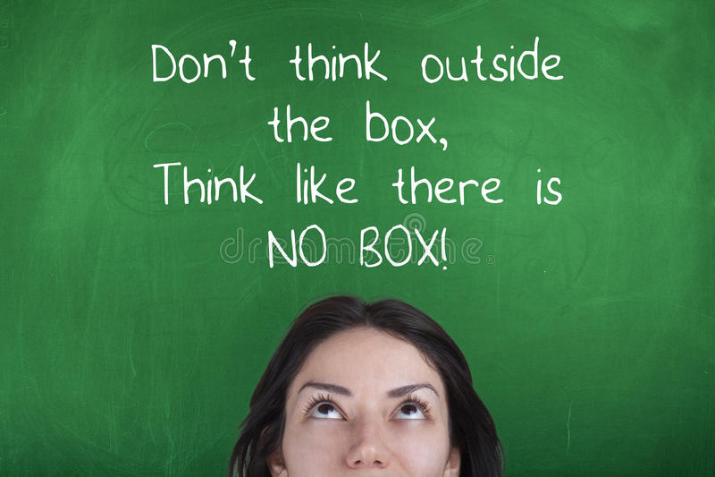 No piense fuera de la caja, piensan como no hay caja, motivando frase del negocio foto de archivo