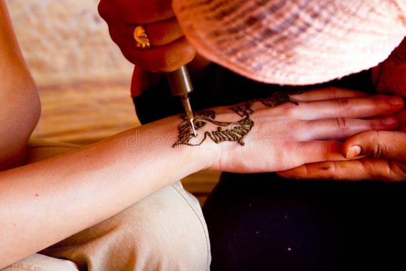 No processo de fazer a mão do Henna fotos de stock