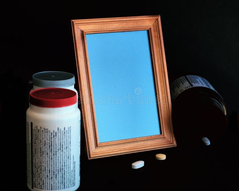No quadro vazio da foto da escuridão, comprimidos, garrafas da medicina imagens de stock