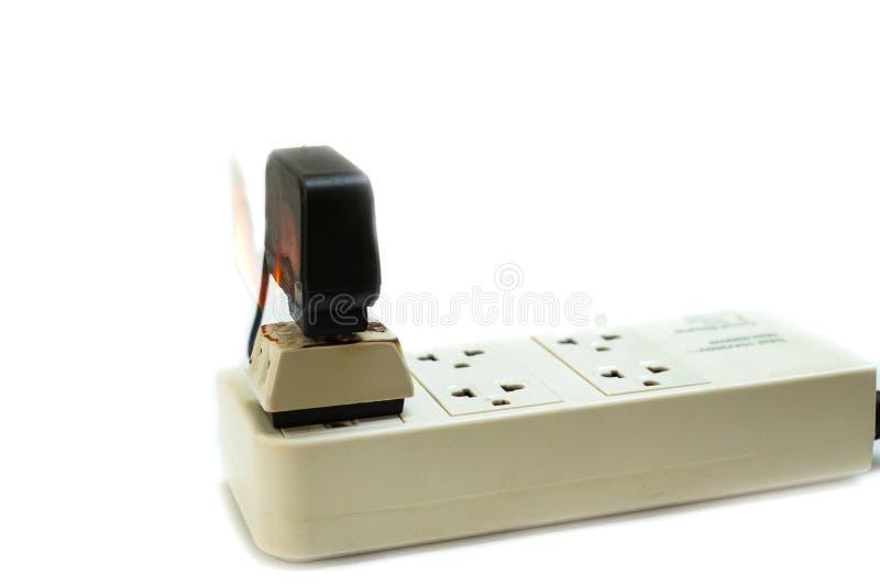 No receptáculo e no adaptador elétricos da tomada do fio do fogo no fundo branco foto de stock royalty free