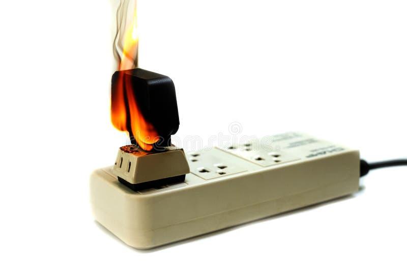 No receptáculo e no adaptador elétricos da tomada do fio do fogo no fundo branco foto de stock