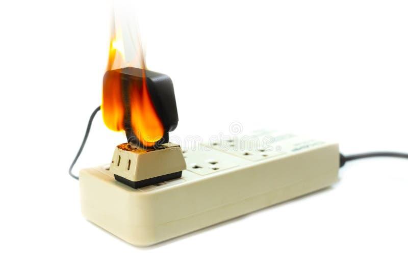 No receptáculo e no adaptador elétricos da tomada do fio do fogo no fundo branco fotos de stock