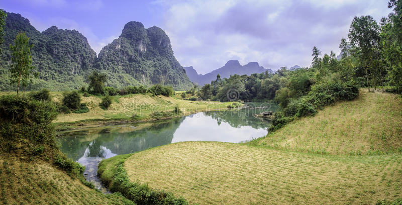 Um rio rural em Vietnam imagens de stock royalty free