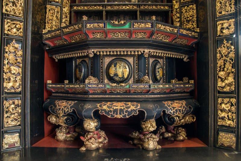 No século XIX, Chaozhou usou carvings de madeira preciosos da arte para adorar antepassados e figuras mitológicas imagens de stock