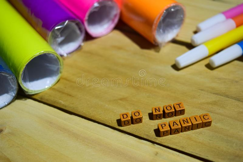 No se atierre en los cubos de madera con el papel y la pluma coloridos, inspiración del concepto en fondo de madera fotos de archivo