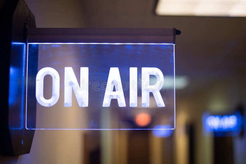 No sinal do estúdio do rádio do ar imagens de stock