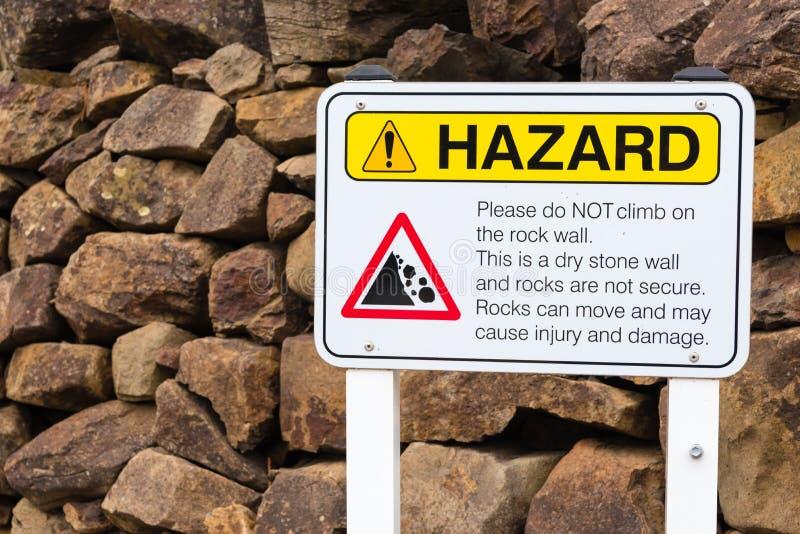No suba en la señal de peligro de las rocas imagen de archivo