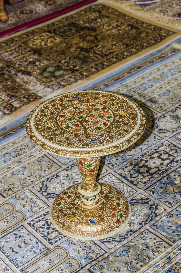 No tapete é uma tabela cinzelada com um teste padrão de mosaico fotos de stock royalty free