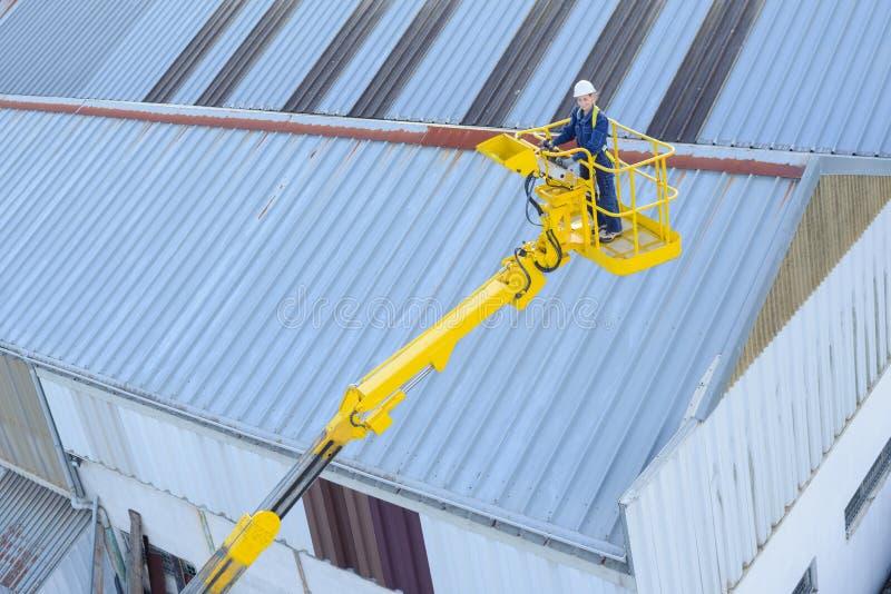 No telhado superior da construção fotografia de stock