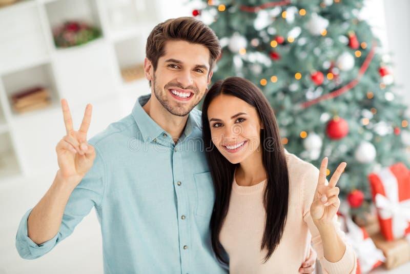 No topo acima da foto de alto ângulo de duas pessoas encantadoras casais sentem romance fazendo v-sinais celebrarem o tempo de Na fotografia de stock