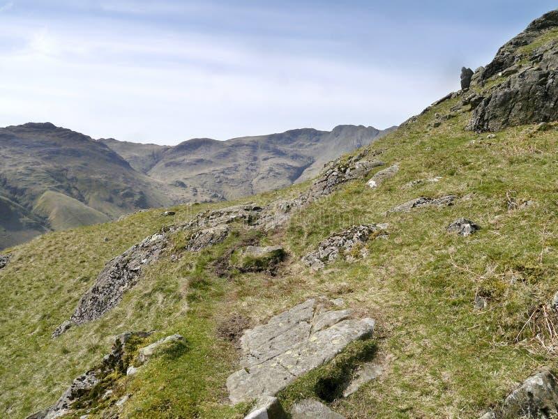 No trajeto alto áspero com as montanhas que entram a vista fotos de stock