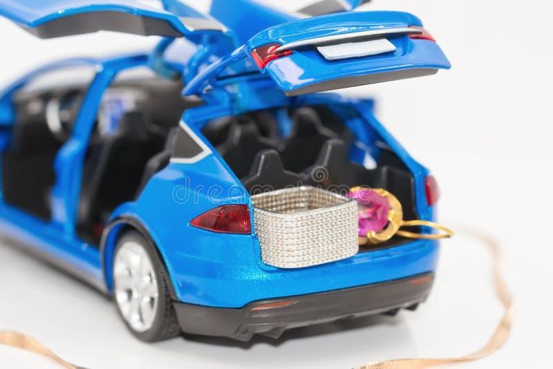 No tronco de um carro novo do brinquedo são a joia feita do ouro e o silve foto de stock royalty free