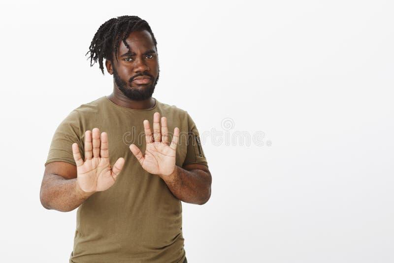 No, no viene más cerca Afroamericano gordo enfadado intenso en el equipo militar, tirando de las palmas hacia cámara en parada o imagenes de archivo