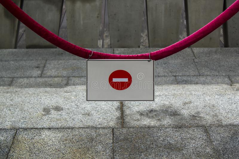 No wchodzić do znaka na czerwonej arkanie przeciw popielatemu tłu fotografia royalty free