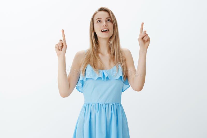 No! no! widok jest fantastyczny Portret romantyczna powabna młoda europejska żeńska blondynka w eleganckiej błękit sukni otwartym zdjęcia royalty free