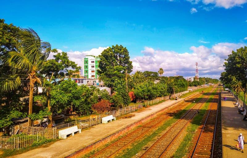 Noapara järnvägsstation, Noapar, Jashore, Bangladesh: Juli 27, 2019: Lång stånglinje, från flygparaden observera skönheten av Na royaltyfri foto