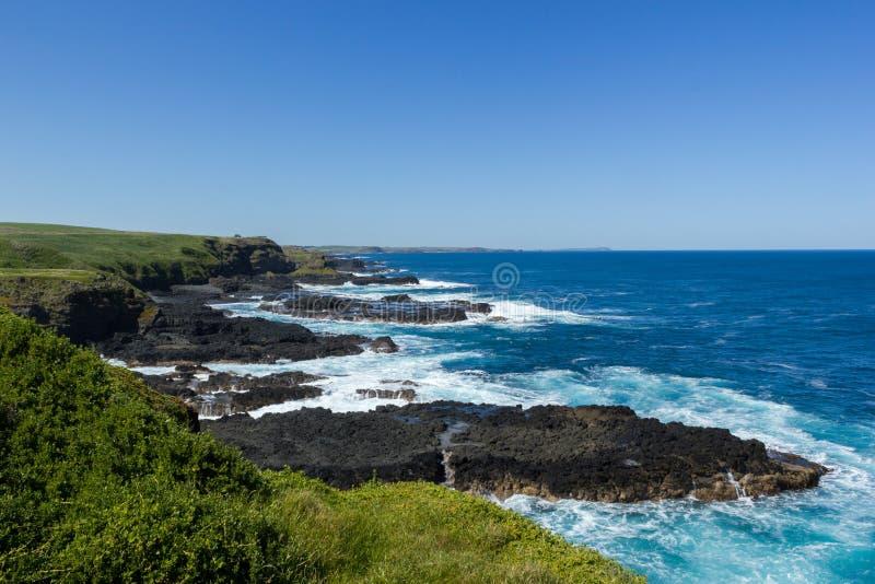 Nobbies w Phillip wyspie z i pogodą czystą, wietrzną i bardzo błękitnym morzem obraz stock