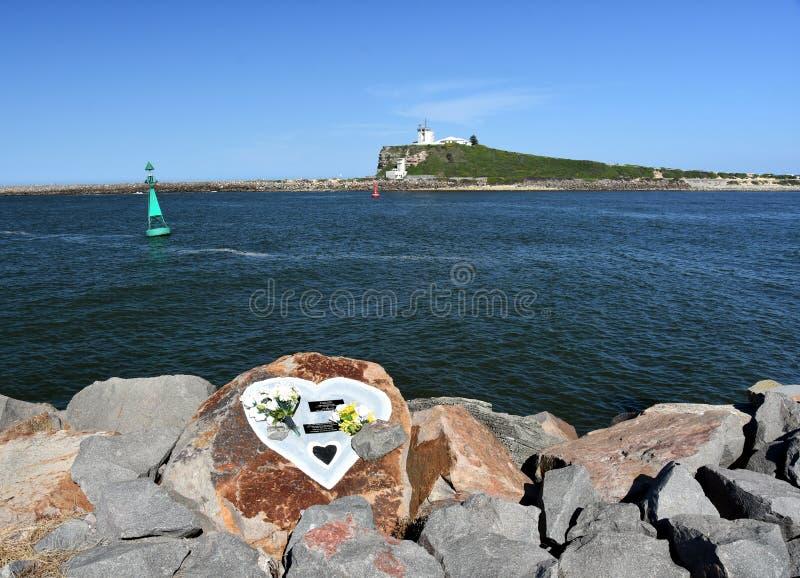 Nobbys latarnia morska, widok od Shipwreck breakwall fotografia royalty free