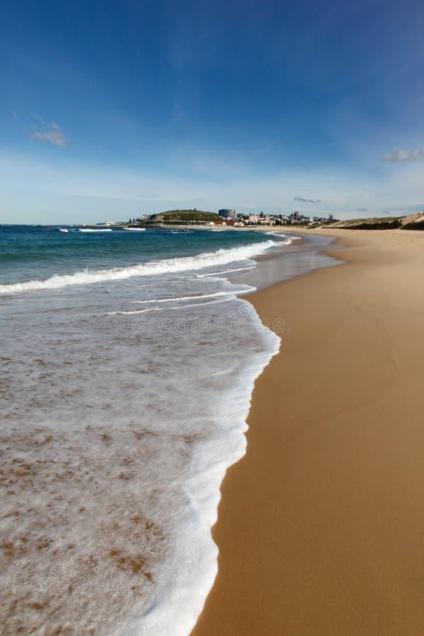 nobbys newcastle kitesurfers пляжа Австралии после полудня светлые стоковые фотографии rf