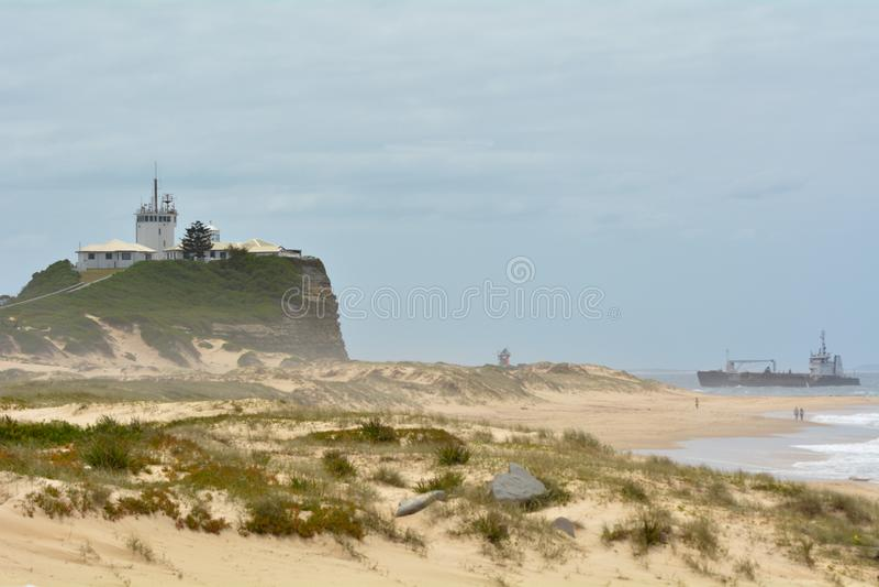 Nobbys plaża i Nobbys latarnia morska w Newcastle Nowych południowych waliach Australia obraz royalty free