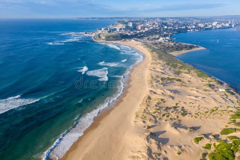 Nobbys-Strand und Newcastle-Hafen - Vogelperspektive - Newcastle NSW Australien lizenzfreie stockfotografie