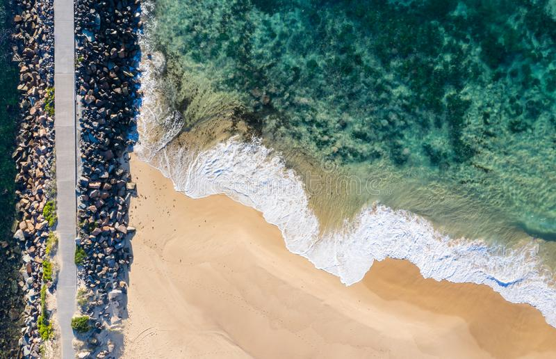 Nobbys Wyrzucać na brzeg widok z lotu ptaka prosto zestrzela - Newcastle NSW Australia - obraz royalty free