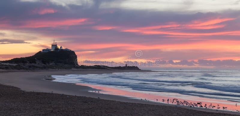 Nobbysstrand en Vuurtoren bij ochtendzonsopgang - Newcastle NSW Australi? royalty-vrije stock afbeelding