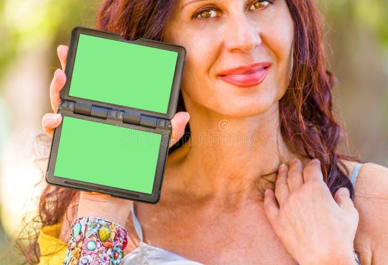 Noble brasilianische Frau, die grünen Schirm hält lizenzfreie stockfotografie