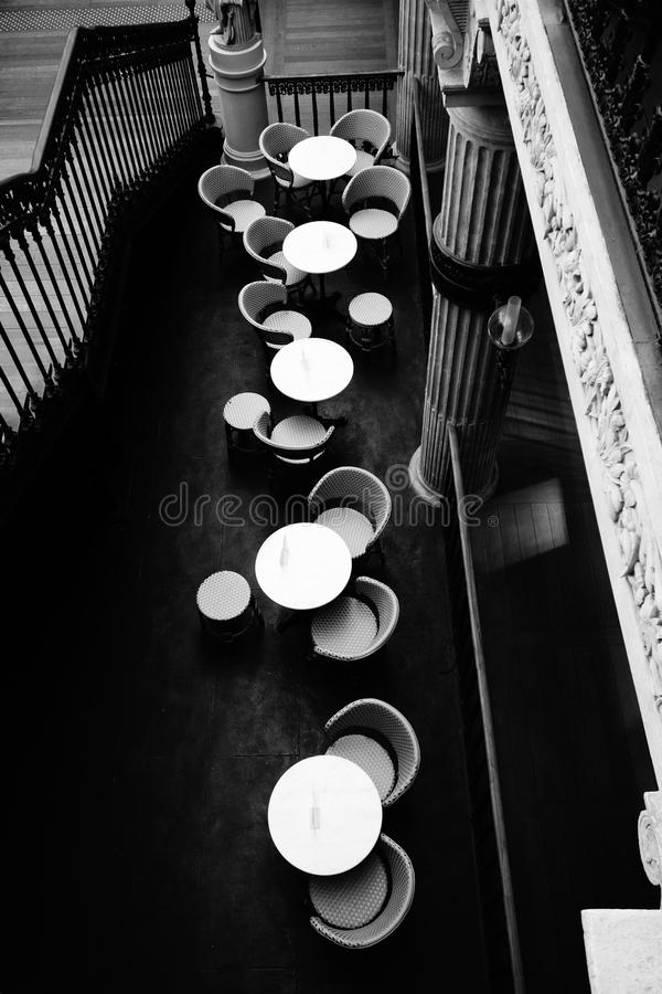 Noble Café-Sitzplätze im Frankreich-Einkaufszentrum stockbild